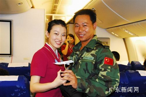 图为维和士兵与参与飞机上的活动赢得飞机模型后与