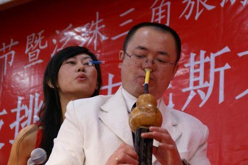 记者在新闻发布会上看到,来自东北的崔孩亮现场表演鼻子吹葫芦丝