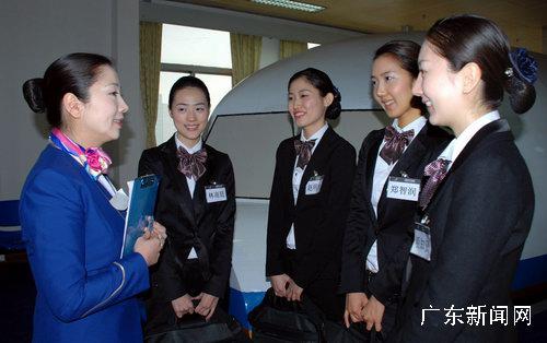 一批毕业的韩籍乘务员已陆续登上了南航的cz337航班