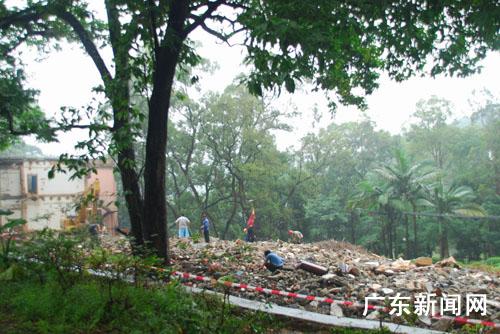 图为位于景区内的莲花楼酒店被拆除. 作者:邓东方 李晓敏-罗浮山全