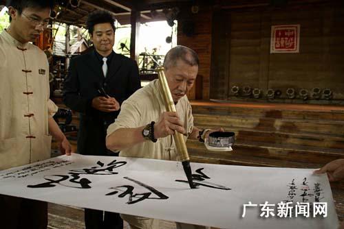 曾經為廣州越秀山,白云山等不少的旅游景點的大石頭題字.圖片