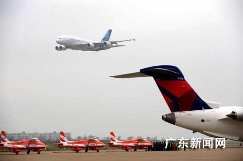 11月4日,空中客车a380巨无霸飞机翱翔珠海,在第七届中国国际航空航天