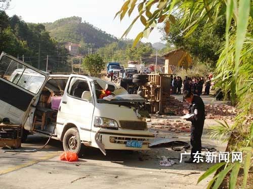 广东五华中巴车与农用车相撞 造成五人死亡(图)