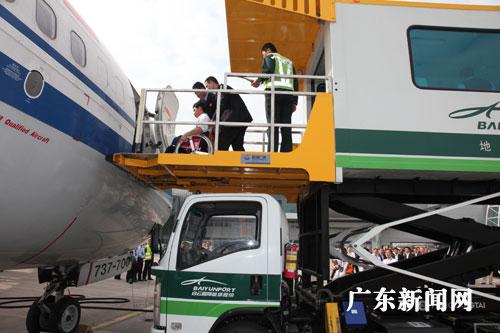 飞机下时,档板再次被工作人员打开