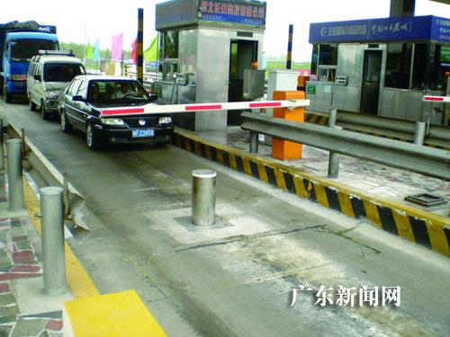 一些公路收费站安装联动升降柱防 冲卡