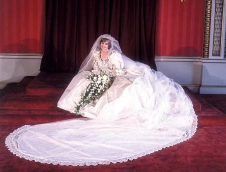 牙色真丝塔夫绸拖地长裙婚纱,让全球电视观众为之惊艳.-打开王室