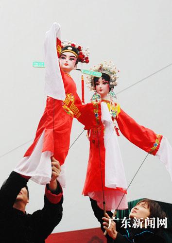 广州城隍庙忠佑广场精彩的木偶戏大受百姓喜爱