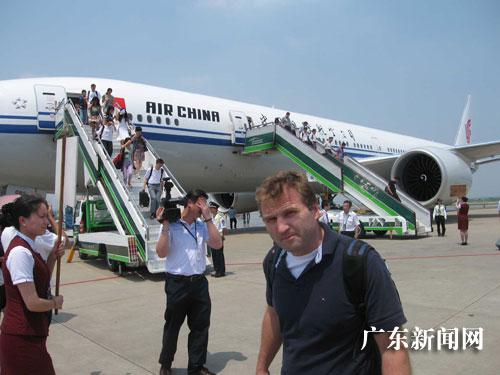 大陆首架波音777-300er型飞机成功首飞京穗航线