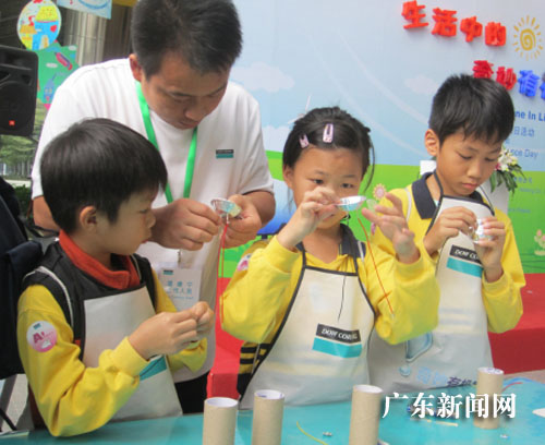 小学生在老师指导下做实验