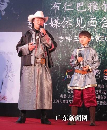 尔23日携养子乌达木现身广东音像城,为新专辑签售,现场演唱了几