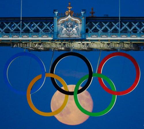 """记者拍到伦敦塔桥""""奥运六环"""";"""