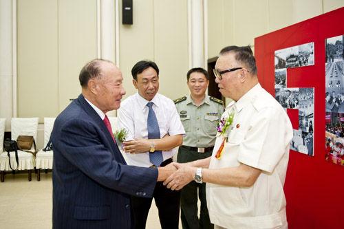 中国人民武装警察部队原司令员周玉书中将,广州市原市长黎子流出席了座谈会