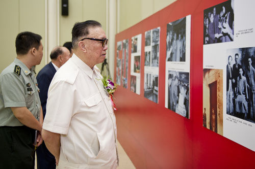 中国人民武装警察部队原司令员周玉书中将参观中新社成立六十周年图片展