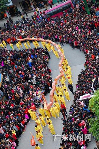 """""""庆元宵""""民间传统文艺大巡游活动,展演了舞狮,舞龙,畲族舞蹈,潮剧等数"""
