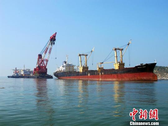 """巴拿马籍散货船""""圣永""""轮于2月2日在汕头港卸完煤后,在汕头广澳岛锚地"""