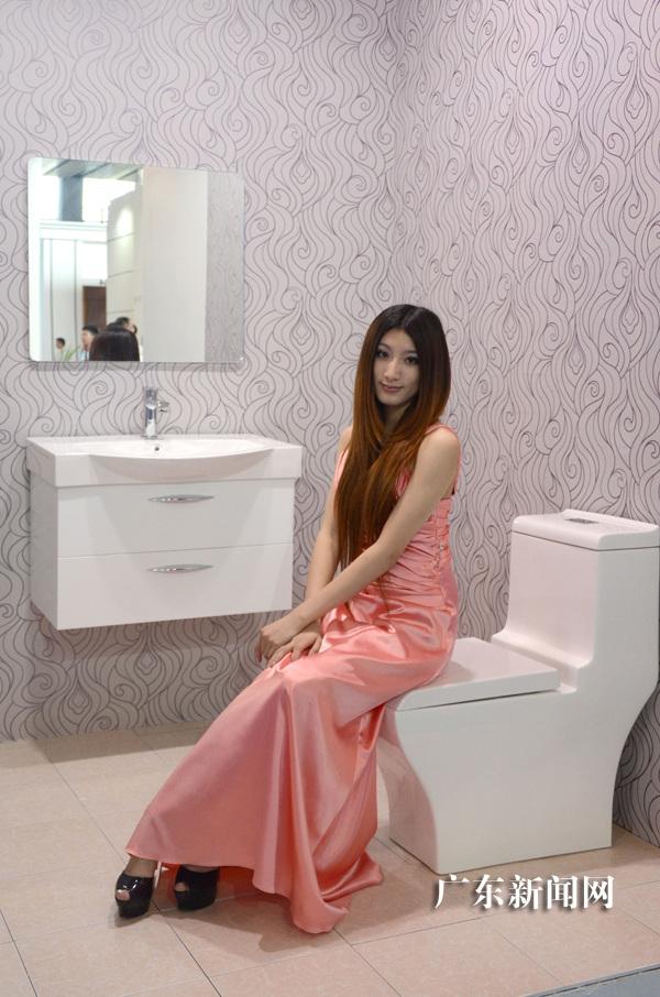 广州建博会美女模特展示卫浴用品(图)