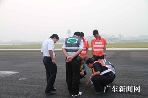 """材质的""""黑道面""""跑道,与常用的水泥混凝土""""白道面""""跑道相比,对飞机起降"""
