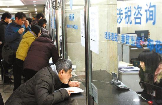 3月2日和3日周末两天,上海各个房地产交易中心内二手房交易量激增 新华社发