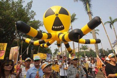 """台湾废核大游行9日登场,许多民众发挥想象力,制作反核气球表达诉求。台湾""""中央社"""""""