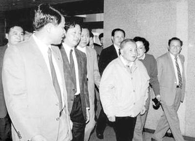 1992年,欧广源(左一)陪同邓小平视察冰箱厂。(资料图片)