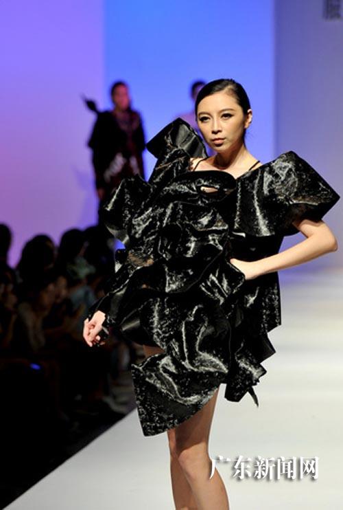 香港服装设计学生毕业作品亮相广东大学生时装周