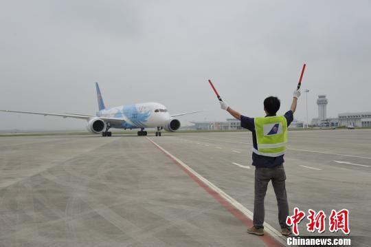 24个公务舱以及200个经济舱,共228个座位,属e类飞机,是潮汕机场启用