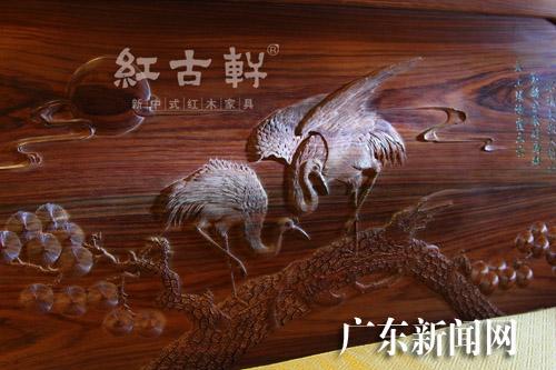 红木文化体验馆内用丝翎檀雕手法雕刻而成的