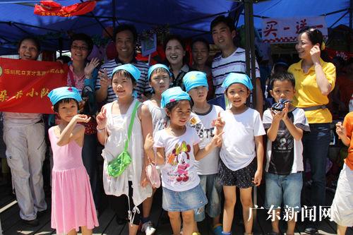 南山区副区长曹赛先(三排左四)、南山区教育局局长刘根平(三排左三)、育才四小校长崔学鸿(三排右二)和朵朵小队的孩子们一起参加活动