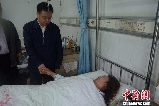 广州市委书记万庆良5月6日中午在广州军区广州总医院看望广州火车站砍人事件伤者。 陈启任 摄