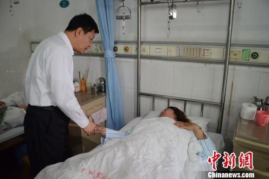 广州市长陈建华5月6日在广州军区广州总医院看望广州火车站砍人事件伤者。 陈启任 摄