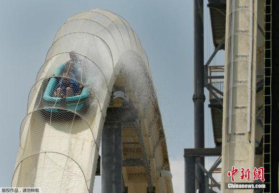 当地时间2014年7月9日,美国堪萨斯城建成一座世界上最高最快的水滑梯,168英尺高,大约17层楼高。这个水道专门为那些肾上腺分泌过多的人设计,如果你在爬完264级台阶还没退缩的话,你会乘坐专门设计的划水车同其他3个个人一同感受地心引力的召唤,17层楼高!超过100公里每小时的速度!