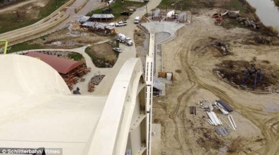 据英国《每日邮报》2014年7月9日报道,美国堪萨斯城建成一座世界上最高最快的水滑梯,168英尺高,大约17层楼高。这个水道专门为那些肾上腺分泌过多的人设计,如果你在爬完264级台阶还没退缩的话,你会乘坐专门设计的划水车同其他3个个人一同感受地心引力的召唤,17层楼高!超过100公里每小时的速度!(网页截图)