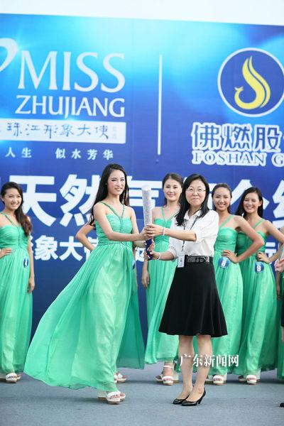 """5号佳丽黄莹获选""""天然气环保大使""""称号。"""