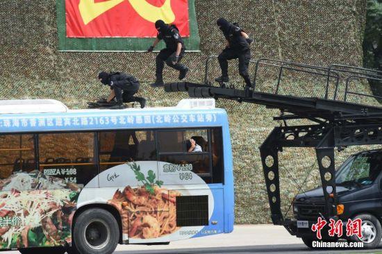 图为反劫持公交大巴演练。中新社发 广东公安厅 供图