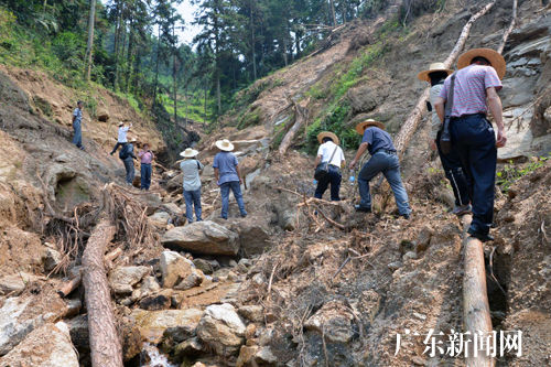 九四○队地质专家勘测地质情况