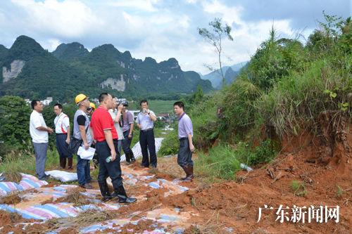 九四○队队长李更尔和地质专家一起勘测地质情况