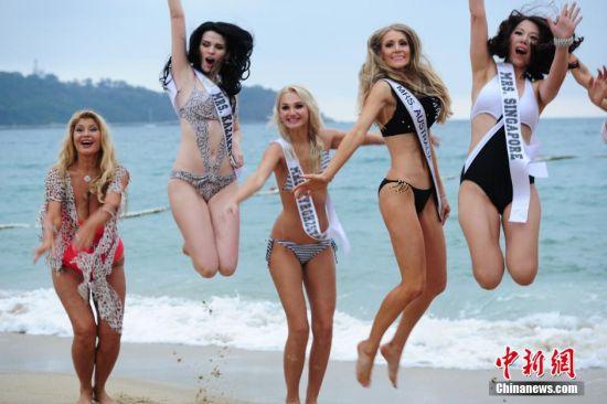 """11月29日下午,第18届环球夫人大赛全球总决赛选手在深圳小梅沙海滩上演泳装秀,魅力夫人将于12月6日晚角逐全球总决赛桂冠。环球夫人大赛1996年在美国由WIN基金会发起设立,此前已举办17届,是一项以""""和平、美丽、智慧、爱心""""为宗旨、关注已婚女性的国际赛事。中新社发 陈文 摄"""