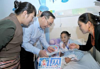 院看望在穗接受治疗的西藏先心病儿童.王辉 罗文清 摄-胡春华看望