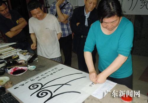 独创女画家刘晓鸣旅美三项成果愿贡献给上海美女松江体育中心中国图片