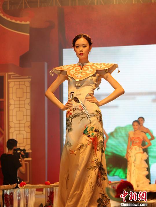 身着特色婚礼服装模特亮相. 林伟杰 摄-业内人士指广东婚庆市场规