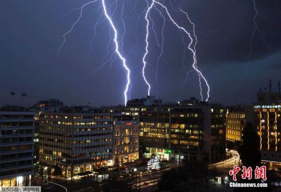 1月26日,希腊雅典遭遇闪电袭城,划破夜空场面壮观。