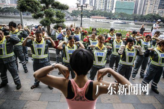 """4月21日,广州越秀区城市管理局联合广州一移动互联网公司在珠江边发起了一场主题为""""亲近地球・关爱马路天使""""的公益活动,迎接即将到来的""""世界地球日"""",吸引市民眼球。"""