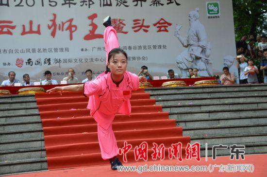 国际精英赛双剑项目冠军、中国武术九段虞定海教授关门弟子孙敏表演五禽戏