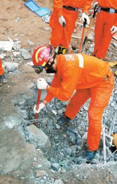 救援人员对救援现场进行破拆。 深圳晚报记者 王飞翔 摄
