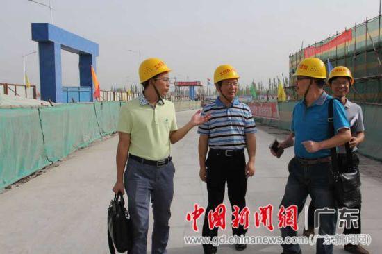 东莞援疆干部胡平(左二)检查援疆项目。