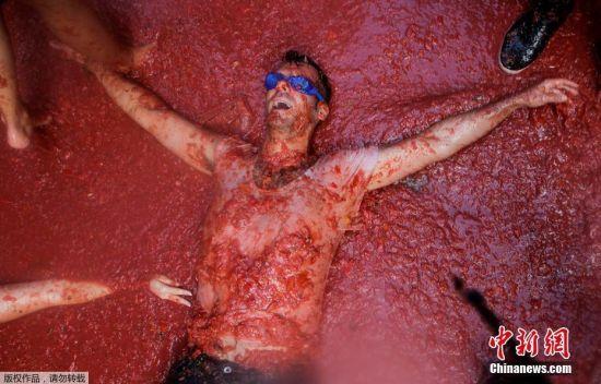 当地时间2016年8月31日,西班牙布尼奥尔,当地举办番茄节,主办方的卡车拉来了160吨番茄,2.2万名狂欢者相互投掷番茄进行了长达一小时的番茄大战。当地的番茄大战被认为是世界最大规模的番茄大战。
