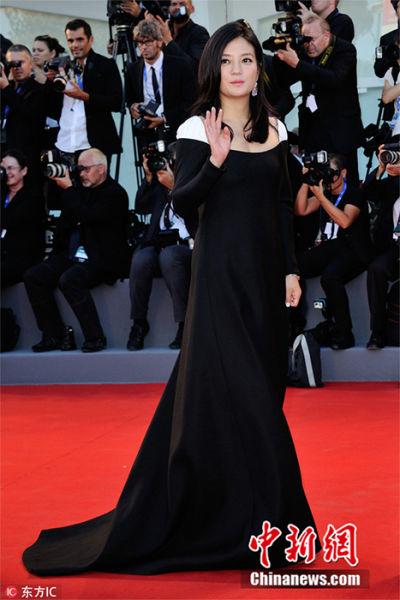 当地时间8月31日,意大利威尼斯,第73届威尼斯电影节正式开幕,各路嘉宾走上红毯,赵薇率先和评审团踏上电影节红毯,黑裙加身性感优雅。 图片来源:东方IC 版权作品 请勿转载