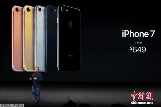 北京时间9月8日凌晨,苹果在美国召开的秋季新品发布会上,对外发布了全新的iPhone,包括iPhone7和iPhone7 Plus。中国在首发之列,iPhone7起售价5388元,iPhone7 Plus起售价6388元。9日起接受预订,16日对外发售。 苹果还推出全新的无线耳机AirPods,售159美元,中国地区售1288元,10月下旬推出。还发布了新一代Apple Watch,命名为Apple Watch Series 2,中国地区2188元起售。