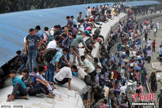 当地时间2016年9月8日,孟加拉国达卡,宰牲节将至,孟加拉国民众和穆斯林乘坐火车返乡,场面颇为壮观,连火车顶部也是人山人海。