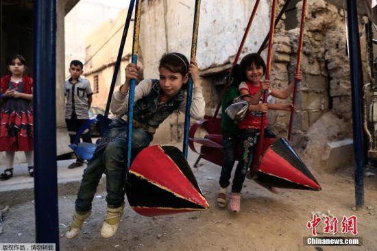 9月19日消息,叙利亚内战开战五年来,首都大马士革东部的东乌塔地区一直是反对党占领的重镇,频繁的空袭给这里的居民带来了恐怖阴影,也限制了他们迈出家门的脚步。不过,这里的大人们一直想方设法地为儿童营造玩乐场所,让孩子们能安全地玩耍。近日,在东乌塔地区最大的杜马镇,一些孩子在用火箭弹爆炸残骸做成的秋千上开心玩耍,这些火箭弹原本是从政府军的米格战机上投掷到此地的。
